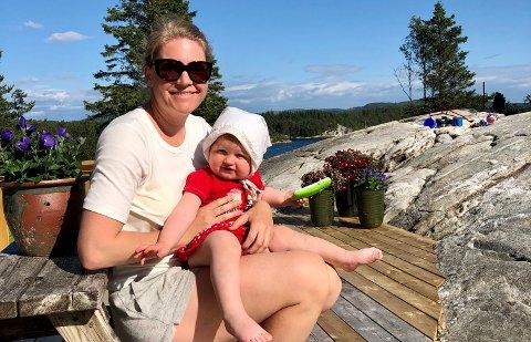 SOMMER I EGEN HYTTE: Janne Kongshavn Hordvik og datteren Oliva stortrives på hytta i Tysvær.