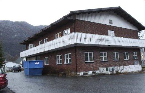 Sentralt: Det såkalte Kleivenbygget ligger like ved jernbanen på byflata, og har stått ubrukt i en periode. Nå blir bygget pusset opp innvending. Foto: Jon Steinar Linga