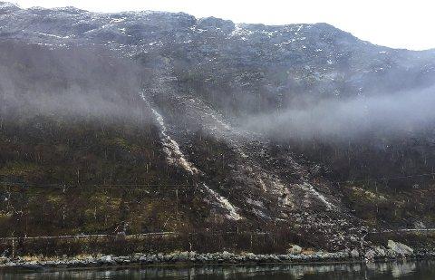 LANGT OPPE: Her ser vi  at raset har løsnet langt oppe i fjellet og deretter dundret ned på, og over, veien. Bilder: Rune Pedersen