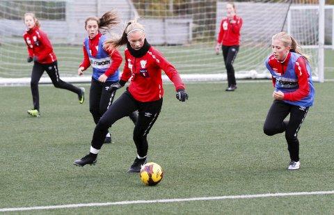 BEDRE LAG I ÅR: Hanna Bjørnli (t.v.) mener at de er bedre rustet til finalen i år. I fjor ble det tap for Vinkelen, det samme laget som de møter neste helg.