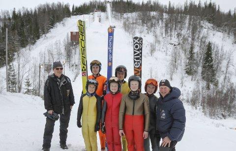 TIDLIG: Ranahopperne har inntatt Storhaugbakken. Først var de på dugnad midt i uka, og lørdag hoppet de sine første hopp på snø. Vidar Johansen fra vefsn Hopp (t.v.) sammen med hopperne fra Bossmo/Ytteren. Bak står Didrik Isaksen (18) og Anders Edin (18). Foran f.v. Oscar Røberg (12), Erik Leiråmo (12), Iver Leiråmo (14), Ola Høgli (15) og trener Ole Leiråmo.  Foto: Per Vikan
