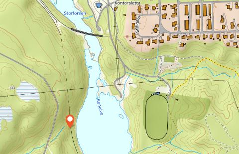 Sammenstøtet mellom godstoget og gravemaskinen skal ha skjedd på nordsiden av tunnelen nord for Storforshei stasjon. Det er ikke lett å ta seg fram til stedet. På den ene siden av skinnegangen er Ranelva og på den andre siden er det skog.