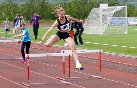 SATSER: 14 år gamle Elea Bock fra Fik/Stein var forrige helg med på junior-NM i Harstad. Til helgen deltar hun i Isbjørnleke i Hammerfest. Dette bildet ble tatt under en konkurranse i fjor.