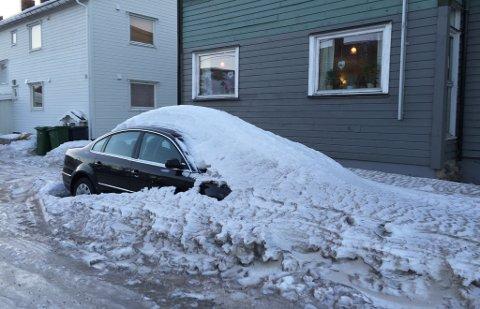 NEDSNØDD: Bilen ble etterlatt i Idrettsveien i 2016, ifølge Liv Kivijervi.