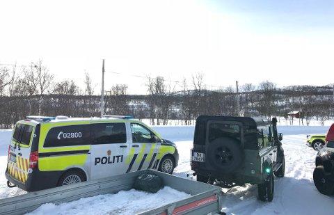 RYKKET UT: Nødetatene har etterlatt bilene i Smalfjordbotn og rykket ut til utmarka på scooter.