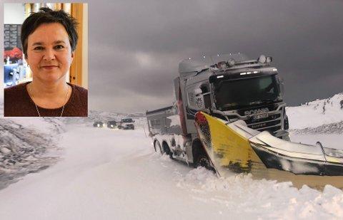 KOM SEG IKKE LØS: Flere biler, inkludert en brøytebil, satte seg fast mellom Gamvik og Mehman mandag formiddag. Ragnhild Vassvik var blant de som måtte vente på enda en brøytebil.