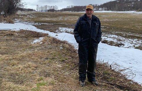 SELGER ALT: Karl Rødberg (71) ser en ende på sin tid som gårdbruker. Det er ingen i familien som ønsker å ta over gårdsbruket familien har drevet i 50 år på Årøya. Derfor legges det nå ut for salg på det åpne markedet.