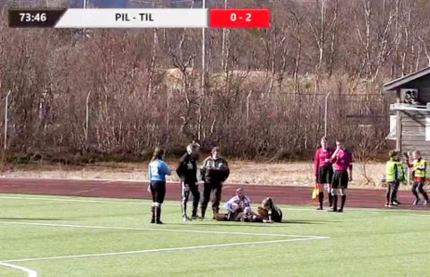 SKADET: Danielle Høybakken får her behandling i kampen mellom Porsanger og Tromsø søndag 19. mai.