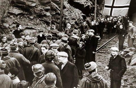 1944: Russerne har frigjort Sør-Varanger, og folk flytter ut av gruven i Bjørnevatn hvor de har bodd på slutten av krigen. Folk møter russiske soldater ved gruven.  Ukjent fotograf. Arkiv: Finmarskbiblioteket, Vadsø.