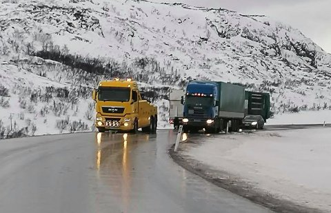 SPEILHOLKA: Kjøreforholdene som har vært den siste tiden gir seg ikke med det første. Her er et bilde fra helgen.