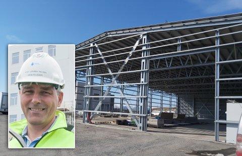 DEMONTERER OG FLYTTER: Hammerfest Entreprenør AS flytter Hammerfest Energis lagerbygg for å gjøre plass til sykehustomt. Her ser du daglig leder Rolf Johnny Nilsen, innfelt.