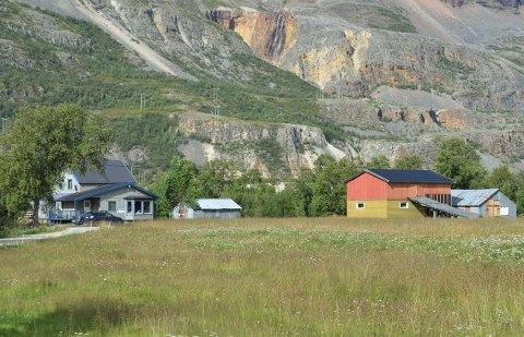 ELVEEIENDOM: Eiendommen har bolig, garasje, fjøs og uthus. Men det er ikke det som er mest verd på eiendommen.