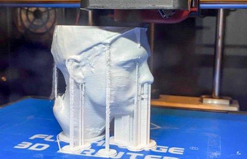 STYRKER SEG INNEN 3D-PRINTING: GSG AS har her scannet en av sine ansatte og printet ut en miniutgave av han. Nå skal de gi elevene på barne- og ungdomsskolen i Lebesby sjansen til å bli enda bedre kjent med framtidens teknologi.