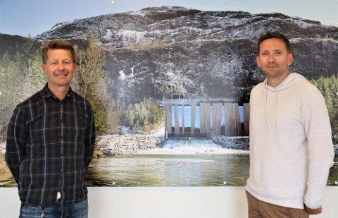 GIVERGLEDE: Konserndirektør for strøm, Arild Markussen og markeds- og kommunikasjonsrådgiver, Jostein Ottermo, i Helgeland Kraft. Her avbildet i forbindelse med tildelingen til ny hall i Mosjøen.
