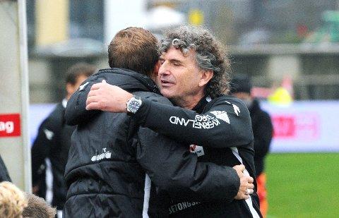 OPPRYKKSGLEDE: Jan Halvor Halvorsen gir kaptein Bjarne Langeland en klem rett før kampslutt mot Sotra lørdag.
