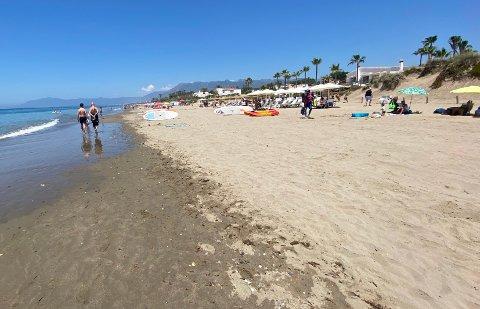 KARANTENE: Fra stranden ved Elviria litt utenfor Marbella by på solkysten i Spania. Drar du hit, må du på karantenehotell fra mandag.