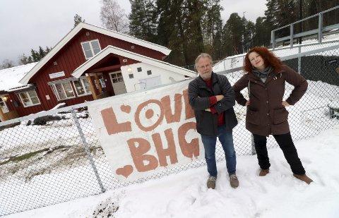 Ikke rør barnehagen! Fred Nordseth og Julie Vega Dahl foran barnehagen de er så glade i. I løpet av natten har noen hengt opp et banner med «Love BHG» på. Barnehagen er viktig for utviklingen av Eidsfoss.