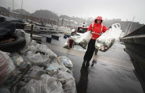 RYDDER I SKJÆRGÅRDEN: Morten Grande i Skjærgårdstjenesten med favnen full av søppel fra Kommersøya. Arkivfoto: Jarl Rehn-Erichsen.