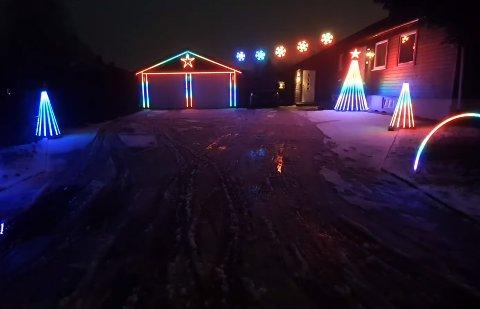 LYSER I ALLE REGNBUENS FARGER: Både garasjen og flere av trærne på eiendommen har fått påmontert ledlys, som lyser og blinker i takt med musikken. Se video litt lenger ned i saken. Skjermdump: youtube.com