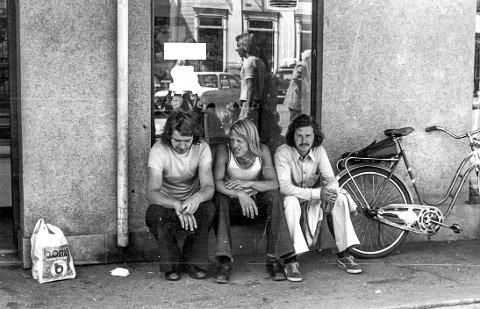 Tre gutter på Torvet: Dette bildet ble tatt en sommerdag på 1970-tallet. Tre gutter har satt seg i vinduskarmen til delikatessebutikken, «Wilfred & Jack» som lå ved Torvet. De er tre kamerater. Fra venstre Bjørn Arild Eliassen, Steinar Halvorsen og Tor Vidar Kristoffersen. Gutten i midten, Steinar Halvorsen, døde ikke lenge etter at dette fotografiet ble tatt.