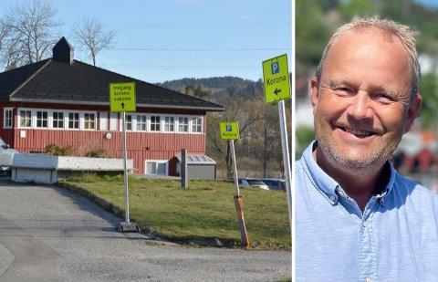 Ordfører Grunde Wegar Knudsen (Sp) forteller om god framgang hos vaksinesenteret på Kalstad.