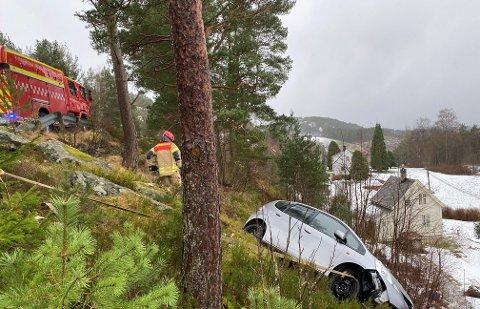 Bilen har hamna utanfor vegen og blei ståande i ein skråning.