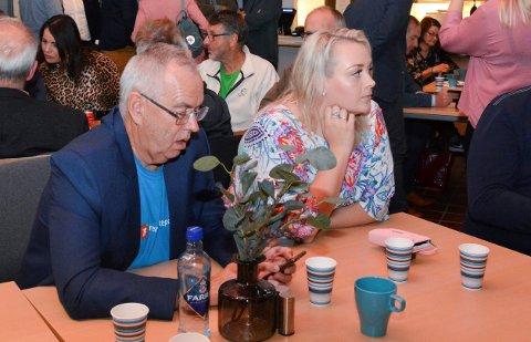 Ellinor Rein held fram som leiar i Kvinnherad Frp. Her saman med gruppeleiar Ove Lemicka under valvaken i rådhuset i 2019.