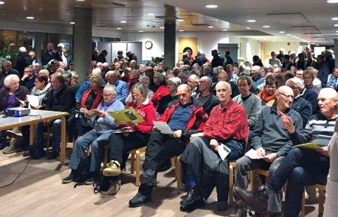 FULLT: Det var helt fullt i Rådhuskantina da det ble holdt informasjonsmøte om overgangen fra fossil ojefyring.
