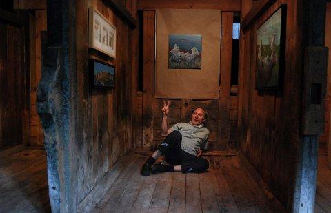 I BÅS: Tormod Solløs og kunsten hans i en av de gamle hestebåsene på Galleri Labro.