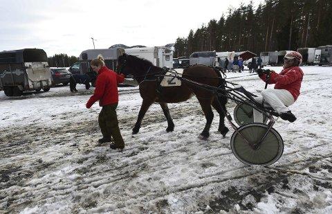 KLAR TIL START: – Jeg må ha litt hjelp for å få i gang hesten, sier Ernst Petter Knutsen, som får hjelp av datteren Line under søndagens Markenstrav.ALLE FOTO: HOSTVEDT