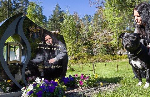 FIN: Line Nilsen og familien er veldig takknemlig for at begravelsesbyrået klarte å ha gravstøtten ferdig til begravelsen. Familiens hund, Akira, er fornøyd med å få være med å besøke  graven.