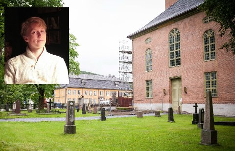 STATISTER: Einar Bakkerud (21) fra Kongsberg trenger folk til hans filminnspilling i kirka. Der skal han nemlig spille inn en begravelses-scene til sin eksamensfilm.