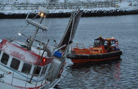 """Mannskap fra KV """"Ålesund"""" fikk lenser om bord i sjarken. Her står den på bunnen ved slipoppsettet på Ballstad"""