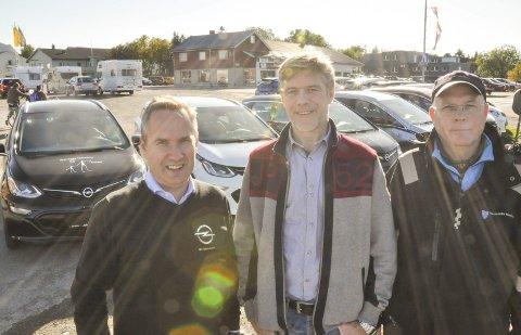 12 nye elbiler: Bilene leveres av Joh. Vian på Leknes. F.v. selger Ronny Solheim, kommunalsjef Lars Pleym Ludvigsen, og bilansvarlig i åpen omsorg, Gøran Sjøstedt. Foto: Lise Fagerbakk