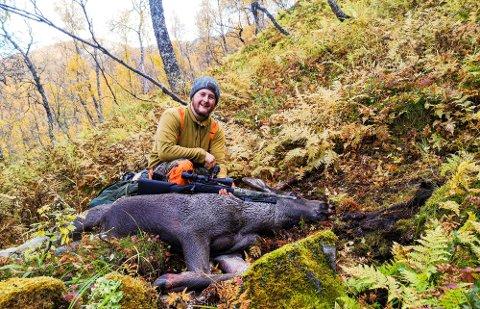 HØSTER AV NATUREN: Simen Five med elgkalven han felte i Øksfjorden i høst. 24-åringen, som flyttet til Svolvær fra Østlandet i 2017, deler jaktopplevelsene sine på Instagram.