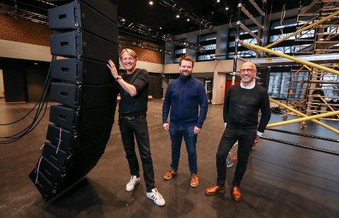 GO' LYD: Samfunnshuset får topp moderne utstyr innenfor lyd, lys og bilde. Kulturhusleder Terje Kinn (fra venstre), produsent Petter Fosse og markedsansvarlig Baard Sundin ser fram til åpning på nyåret.