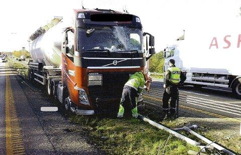 SMELL: Vogntoget smalt inn i midtdeleren på E6 ved flyplassen. Uhellet skjedde i Råde kommune, like ved Moss lufthavn Rygge.