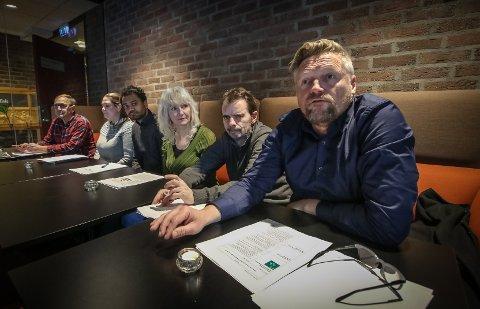 HERLIG, MEN FARLIG: Finn Jensen (KrF) liker fyrverkeri, men vil at oppskytingsperioden på nyttårsaften skal begrenses. Her sammen med styringsvennene i mosepolitikken, Eirik Tveiten (Rødt, fra venstre), Annette Lindahl Raakil (Sp), Shakeel Rehman (Ap), Benedicte Lund (MDG), Øivind Tandberg-Hanssen (SV).