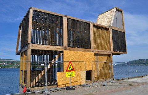 JOBBES PÅ: Det jobbes på med å få ferdigstilt stupetårnet i Fleischeparken.