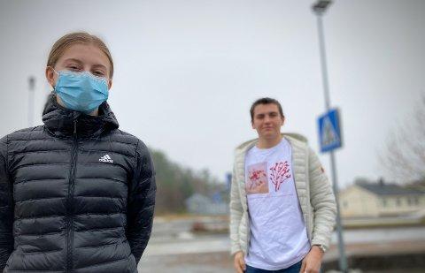 HVA MED DE ANDRE?: Rikke Hamland (16) og Mathias Lothe Nilsen (16) erkjenner at de har vært blant de som har samlet seg sosialt i et antall som er i strid med smittevernsreglene. Likevel reagerer begge på ordførerens fokus på ungdommen i forbindelse med smitteutbruddet i Nærøysund – all den tid ingen ungdommer har testet positivt.