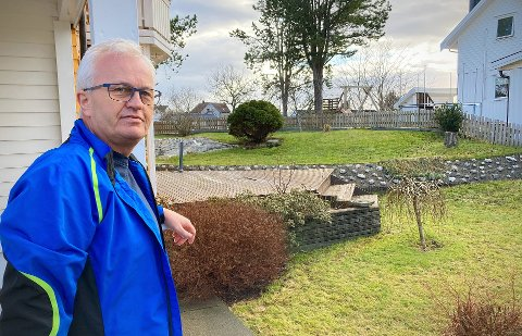 HELSERISIKO: Arne Johan Sørvik i Rørvik ønsker at villkatt-problemet i Rørvik blir løst. Han mener at syke villkatter utgjør en helserisiko – og han får støtte fra kommunelegen i Nærøysund.