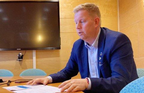 ORDFØREREN FORKLARER: Amund Hellesø forteller at tiltakene kommer fordi det ennå ikke er funnet sammenheng mellom den sist smittede i Rørvik og de fire første.