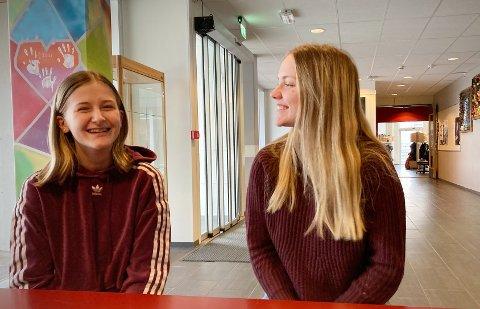 BESTE LØSNING: Mathilde Olaisen (15) og Maria Williksen (15) mener skoleledelsen har funnet beste løsning all den tid rød sone er gjeninnført ved Rørvik skole.