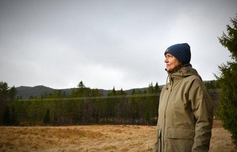 FØLER ROEN OG STILLHETEN ER TRUET: Margrete Aarmo flyttet tilbake til barndomsheimen for å oppleve ro og stillhet. Nå frykter hun å få et vindkraftverk som nærmeste nabo. Utbygger Skogvind AS sier de ikke har jobbet med prosjektet siden 2019.