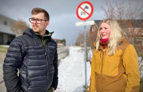 OPPGITT OVER TRAFIKANTER: Samboerparet Bjørn Adrian Skauge (27) og Elisabet Søraunet (26) ønsker å finne en løsning på trafikkproblemet rett utenfor eget hus. – Det er mange som ikke bryr seg om skiltingen her i alle fall, forteller de.