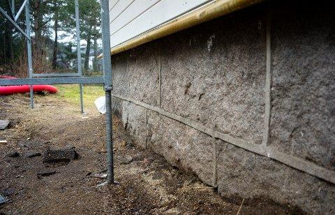 FUKTSKADER: Forsikringsselskapet Fremtind oppfordrer til å passe på at regnvann renner bort fra grunnmuren for å avverge fuktskader.