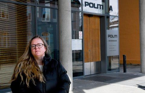 Advokat Janne Fjelnseth reagerer på behandlinga en 14 år gammel gutt fikk av politiet inne på politihuset i desember i fjor.