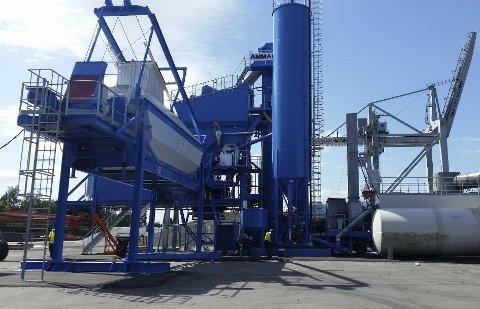 ASFALTFABRIKKEN: NCC har fått pålegg om å stanse asfaltproduksjonen mens PBE behandler en klage om driften. Foto: NCC