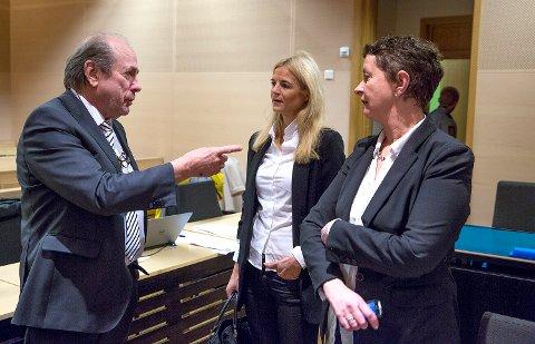 AKTOR: Statsadvokat Gøril Lund (i midten) tok ut tiltalen mot mannen i 60-årene. Nå er han dømt til to års fengsel for familievold. Her sammen med psykologspesialist Jim Nøttestad (til venstre) og bistandsadvokat Ingunn Tøllefsen i forbindelse med en annen straffesak.