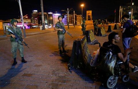 Militærstyrker holder vakt ved Taksim-torget i Istanbul.  REUTERS/Murad Sezer
